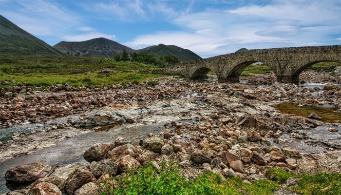翠廉山(Cuillin Hills)下的石桥