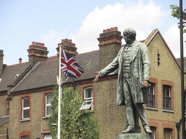 Bow Church前英国首相威廉•格莱斯顿雕像