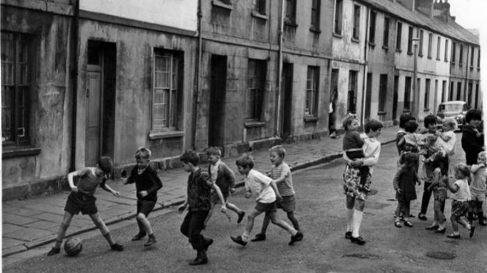 街头踢足球