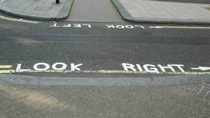 伦敦路上的Look right